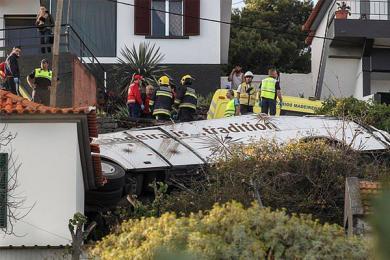 葡旅游车翻车28死,14辆救护车到达现场