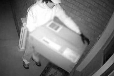 杀手扮成快递员送货,专业弓弩暗藏在快递纸箱当中