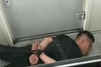 醉汉列车撒泼被制服,在过道里趴着睡了一夜