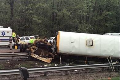 美国校车卡车相撞,造成2人死亡43人受伤