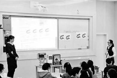 女老师自制教具上课,学生上完后印象深刻