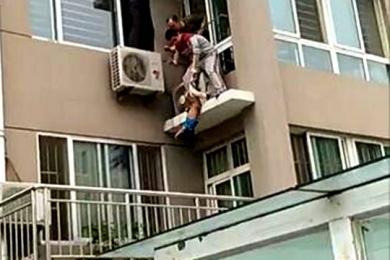 男孩五楼坠落,男子二楼一把拽住挽回悲剧