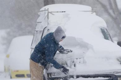 美国遭暴风雪袭击,降雪过量导致诸多地区积雪严重