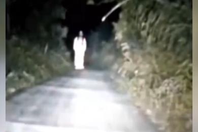 白衣女半夜吓路人,警方还原闹鬼真像