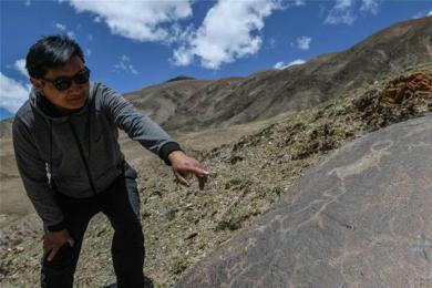 青海发现大批岩画遗迹,画面依稀可见