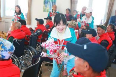 李小璐敬老院送花,笑容灿烂亲近老人生活