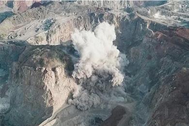 数百枚炸弹集中引爆一刻,现场百米蘑菇云升起十分壮观