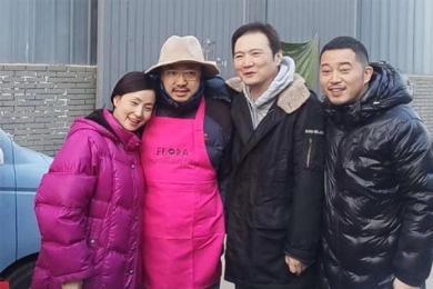 徐峥剧组为老婆庆生,共享短暂轻松欢乐时光
