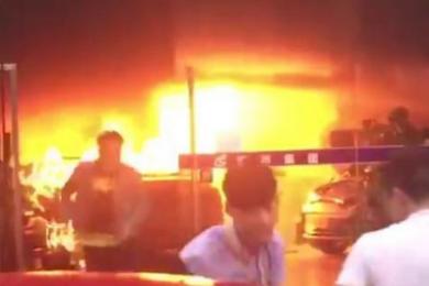 东莞一二手车市场找纵火,烧毁10余辆汽车的嫌疑人被当场控制