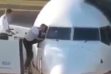 飞行员忘带钥匙,试图钻窗进入驾驶室笑翻网友