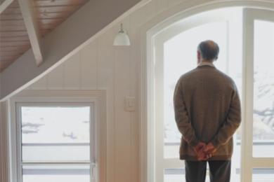 """养老房业主被赶出门,回应称楼盘系""""五证全无""""建筑"""