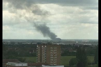 伦敦希思罗机场附近发生火灾,现场传来爆炸声浓烟滚滚