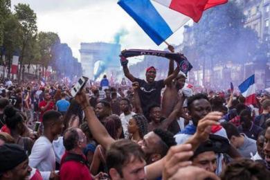 """法国夺冠女性遭骚扰,流氓趁乱""""作恶""""被捕"""