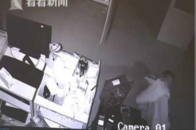 奇葩小偷在作案现场睡觉,因在偷窃过程中犯困