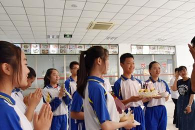 中学为护学交警庆生,发生在校园里的暖心一幕