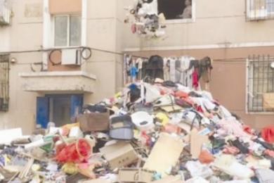 攒破烂堆满房间,多部门联合进行强制清理